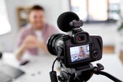 Fermez-vous du blogger visuel masculin d'enregistrement de caméra image stock