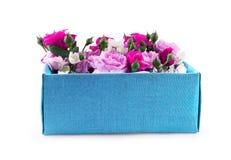 Fermez-vous du boîte-cadeau avec des fleurs sur un fond blanc Photographie stock