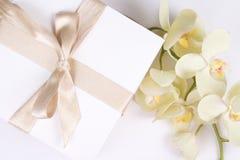 Fermez-vous du boîte-cadeau avec le ruban et l'orchidée Photo libre de droits