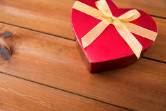 Fermez-vous du boîte-cadeau en forme de coeur sur le bois Images stock