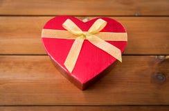 Fermez-vous du boîte-cadeau en forme de coeur sur le bois Photo libre de droits