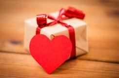 Fermez-vous du boîte-cadeau et de la note en forme de coeur sur le bois Images libres de droits
