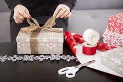 Fermez-vous du boîte-cadeau se préparant à Noël images libres de droits