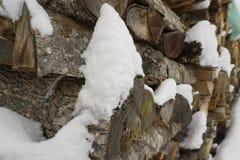 Fermez-vous du bois de chauffage avec la neige image libre de droits