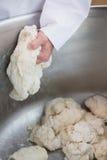 Fermez-vous du boulanger préparant la pâte dans le mélangeur industriel photos stock