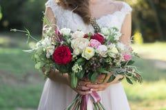 Fermez-vous du bouquet de mariage de ressort images stock