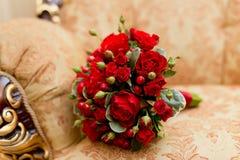 Fermez-vous du bouquet rouge de mariage - fond Images stock