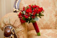 Fermez-vous du bouquet rouge de mariage - fond Image stock