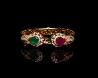Fermez-vous du bracelet de diamant d'or Photo libre de droits