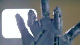 Fermez-vous du bras bionique déplaçant ses doigts 4K