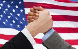 Fermez-vous du bras de fer de mains au-dessus du drapeau américain Photographie stock libre de droits