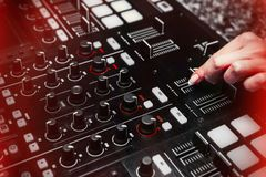 Fermez-vous du bruit croissant de main de l'instrument du DJ, affaiblisseur mobile image libre de droits
