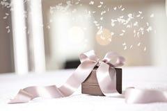 Fermez-vous du cadeau enveloppé de Noël Photos libres de droits