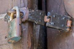 Fermez-vous du cadenas et du vieux loquet photographie stock