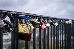 Fermez-vous du cadenas sur la balustrade en métal sur les agains de pont Photographie stock