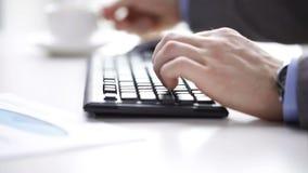Fermez-vous du café de dactylographie et potable d'homme d'affaires banque de vidéos