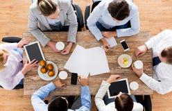 Fermez-vous du café potable d'équipe d'affaires sur le déjeuner Photo libre de droits