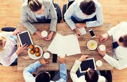 Fermez-vous du café potable d'équipe d'affaires sur le déjeuner Photographie stock