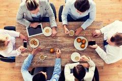 Fermez-vous du café potable d'équipe d'affaires sur le déjeuner Images libres de droits