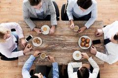 Fermez-vous du café potable d'équipe d'affaires sur le déjeuner Image libre de droits