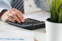 Fermez-vous du calcul masculin de comptable ou de banquier photographie stock libre de droits