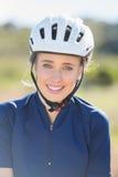 Fermez-vous du casque de port de vélo de femme Photo stock