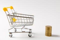 Fermez-vous du chariot de poussée d'épicerie de supermarché pour faire des emplettes avec la poignée en plastique jaune à côté de photos libres de droits