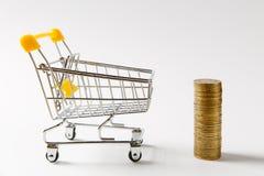 Fermez-vous du chariot de poussée d'épicerie de supermarché pour faire des emplettes avec la poignée en plastique jaune à côté de photographie stock