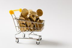 Fermez-vous du chariot de poussée d'épicerie de supermarché pour faire des emplettes avec la poignée en plastique jaune avec les  photographie stock