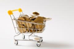 Fermez-vous du chariot de poussée d'épicerie de supermarché pour faire des emplettes avec la poignée en plastique jaune avec les  photographie stock libre de droits