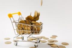 Fermez-vous du chariot de poussée d'épicerie de supermarché pour faire des emplettes avec la poignée en plastique jaune avec les  image libre de droits