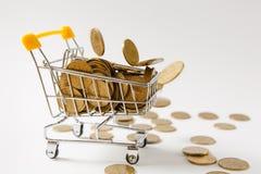 Fermez-vous du chariot de poussée d'épicerie de supermarché pour faire des emplettes avec la poignée en plastique jaune avec les  photos stock
