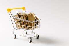 Fermez-vous du chariot de poussée d'épicerie de supermarché pour faire des emplettes avec les éléments en plastique jaunes sur la photos libres de droits
