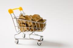 Fermez-vous du chariot de poussée d'épicerie de supermarché pour faire des emplettes avec les éléments en plastique jaunes sur la images libres de droits