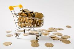 Fermez-vous du chariot de poussée d'épicerie de supermarché pour faire des emplettes avec les éléments en plastique jaunes sur la photo libre de droits