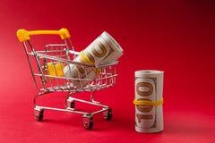 Fermez-vous du chariot de poussée d'épicerie de supermarché pour faire des emplettes avec les éléments en plastique jaunes sur la image libre de droits