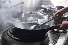 Fermez-vous du chef travaillant préparant la nourriture chinoise photo libre de droits