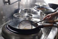 Fermez-vous du chef travaillant préparant la nourriture chinoise images libres de droits