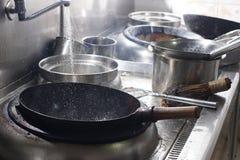 Fermez-vous du chef travaillant préparant la nourriture chinoise image libre de droits