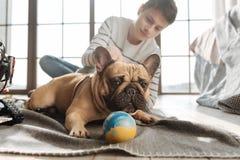 Fermez-vous du chien sérieux regardant de côté Photo libre de droits
