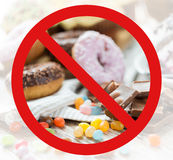 Fermez-vous du chocolat et des bonbons derrière aucun symbole Photo libre de droits