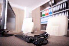 Fermez-vous du clavier, de la souris et du casque sur la table de bureau Photo stock