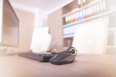 Fermez-vous du clavier, de la souris et du casque sur la table de bureau Images stock