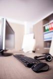 Fermez-vous du clavier, de la souris et du casque sur la table de bureau Images libres de droits
