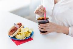 Fermez-vous du coca-cola potable de femme Photos stock