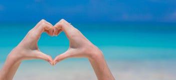 Fermez-vous du coeur fait par le fond de mains Images libres de droits
