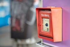 Fermez-vous du commutateur d'alarme d'incendie sur le mur dans le bâtiment pour la sécurité photo stock