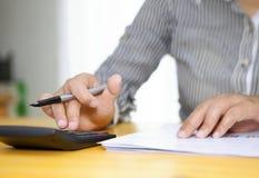 Fermez-vous du comptable ou du banquier féminin effectuant des calculs Photographie stock