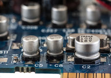 Fermez-vous du condensateur sur la carte imprimée d'ordinateur Photos stock