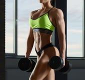 Fermez-vous du corps fort du ` s de modèle d'ajustement avec des muscles images libres de droits